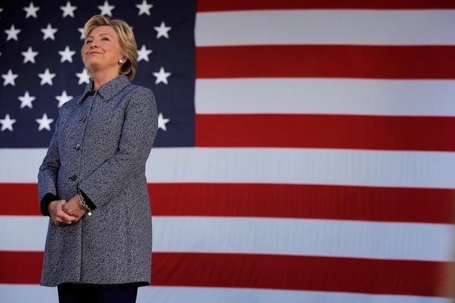 9月30日、最新の米世論調査によると、民主党のヒラリー・クリントン大統領候補が支持率で共和党のドナルド・トランプ候補を5%ポイント上回っている。写真はクリントン氏、遊説先のアイオワ州で29日撮影。(2016年 ロイター/Brian Snyder)