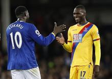 Lukaku cumprimenta Benteke em jogo do Everton contra o Crystal Palace.  30/9/16.  Action Images via Reuters / Carl Recine