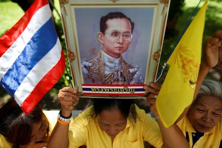 Well-wishers hold a picture of Thailand's King Bhumibol Adulyadej at the Siriraj hospital where he is residing, in Bangkok, Thailand, June 9, 2016. REUTERS/Athit Perawongmetha