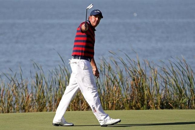 10月1日、男子プロゴルフの米国と欧州の対抗戦、ライダー杯第2日、米国が欧州との差を3ポイントに広げた。写真は米国のフィル・ミケルソン(2016年 ロイター/Rob Schumacher-USA TODAY Sports)