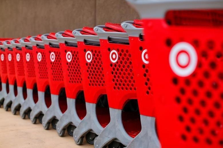 2016年3月17日,美国加州圣迭戈一家Target零售店外的购物车。REUTERS/Mike Blake