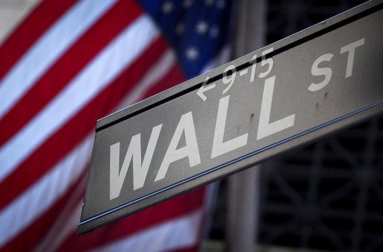 2013年10月28日,纽约证交所外的华尔街标志牌。REUTERS/Carlo Allegri/File Photo