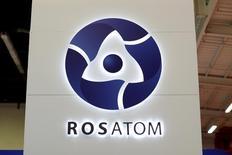 """En la imagen se aprecia el emblema de la firma nuclear estatal rusa Rosatom en la Exhibición Nuclear Mundial de 2014 en Le Bourget, cerca de París, Francia, el 14 de octubre de 2014. La corporación nuclear estatal rusa Rosatom envió una delegación para reunirse con representantes del Gobierno de Chile y discutir una """"colaboración en posibles proyectos de litio"""", reveló una página web del Gobierno chileno el fin de semana. REUTERS/Benoit Tessier/File Photo"""