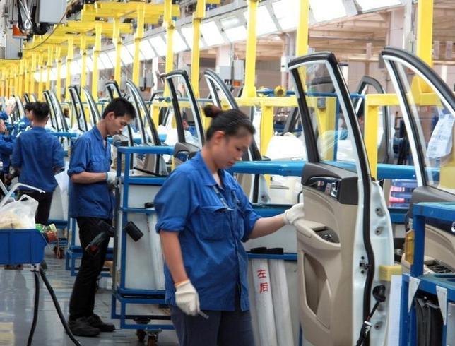 10月1日、中国国家統計局が発表した9月の製造業購買担当者景気指数(PMI)は50.4で前月から横ばい。最近の中国経済のモメンタムが維持されていることが示唆された。ロイターのアナリスト調査でも50.4の横ばいが予想されていた。広西壮族自治区柳州の自動車工場で6月撮影(2016年 ロイター/Norihiko Shirouzu/File Photo)