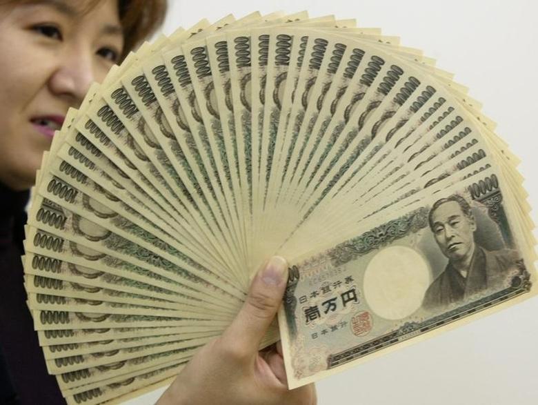 2003年10月9日,面值10,000日元的日元纸币。REUTERS/Yuriko Nakao