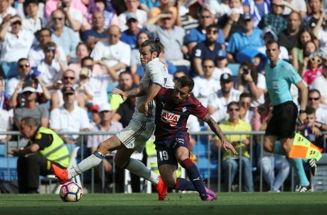10月2日、サッカーのスペイン1部、乾貴士が所属するエイバル(右)は敵地でレアル・マドリードと1─1で引き分けた。乾はベンチ入りしたものの、出場機会はなかった(2016年 ロイター/Susana Vera)