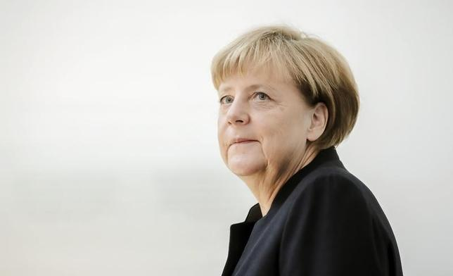 10月1日、同日付のドイツ2紙は、経営不安が表面化した国内最大手のドイツ銀行について、ドイツ政府がイタリアなど欧州の他国政府による公的支援に強硬な姿勢を取ってきたことや国内で政治的反発を招くリスクを踏まえると、メルケル首相は同行を救済できないとの見方を伝えた。写真はベルリンで9月代表撮影(2016年 ロイター)