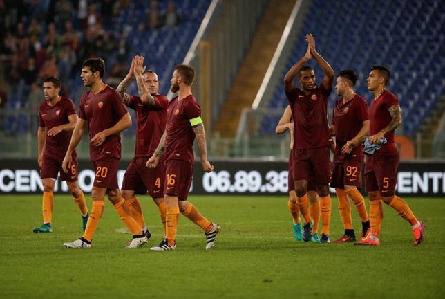 10月2日、サッカーのイタリア・セリエAで、長友佑都が所属するインテルはアウェーでローマに1─2で敗れた。写真は勝利を喜ぶローマの選手ら(2016年 ロイター/MAX ROSSI)