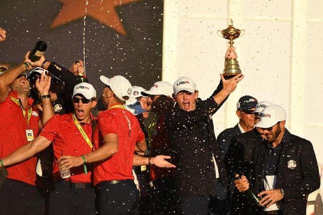 10月2日、欧州と米国の男子プロゴルフ対抗戦、ライダーカップは米国が08年以来、4大会ぶりの勝利を収めた。写真は勝利を喜ぶ米国チームのメンバーら(2016年 ロイター/John David Mercer-USA TODAY Sports)