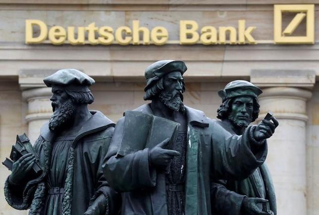 9月30日、ドイツ銀行が深刻な危機に陥ることで、得をする者はほとんどいない。しかし同行が弱体化したまま生き延びるようなら、ひとまず勝ち組となる面々もいそうだ。写真は同行のロゴ。フランクフルトで撮影(2016年 ロイター/Kai Pfaffenbach)