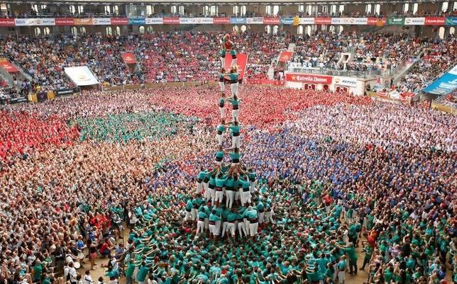 10月2日、スペイン北東部カタルーニャ自治州タラゴナで、「人間の塔」を組むイベントが行われた(2016年 ロイター/Albert Gea)