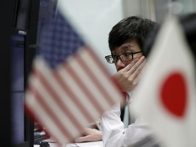 10月3日、午後3時のドル/円は、前週末ニューヨーク市場午後5時時点と比べ、ややドル高/円安の101円半ばだった。ドイツ銀行の経営不安に対する警戒は和らいできたが、積極的にドルの上値を追うような材料は見当たらない。都内の為替ディーリングルームで2015年9月撮影(2016年 ロイター/Toru Hanai)