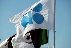 Флаги ОПЕК и Алжира на неформальной встрече членов организации. В сентябре нефтедобыча ОПЕК может достигнуть рекордных уровней благодаря увеличению Ираком экспорта сырья в соседние северные страны и возобновлению работы трёх основных нефтяных терминалов в Ливии, показало исследование Рейтер.   REUTERS/Ramzi Boudina