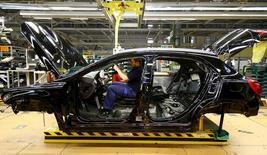 La actividad manufacturera en la zona euro repuntó el mes pasado ya que la demanda aumentó tanto dentro como fuera del bloque de la moneda única, llevando a un aumento de las plantillas, según un sondeo difundido el lunes. En la imagen, un empleado en uan fábrica de Mercedes en  Rastatt, Alemania, el 22 de enero de 2016.  REUTERS/Kai Pfaffenbach