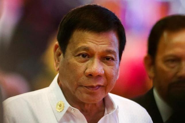 10月2日、フィリピンのドゥテルテ大統領は、米国に対する不満を語ったら、ロシアと中国から賛同を得たと述べた。写真は東南アジア諸国連合(ASEAN)関連首脳会議の開会式に出席したフィリピンのドゥテルテ大統領。ラオスの首都ビエンチャンで9月撮影(2016年 ロイター/Jorge Silva)