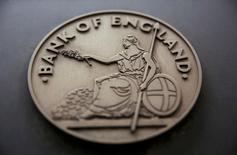 El Banco de Inglaterra dijo el lunes que llevaría a cabo una prueba de esfuerzo más amplia para comprobar la resistencia de los bancos británicos a eventuales turbulencias junto al chequeo rutinario anual sobre su salud financiera.  En la imagen, una señal junto a la sede del Banco de Inglaterra, el 4 de agosto de 2016.   REUTERS/Neil Hall