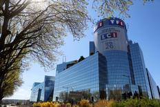 TF1, à suivre à la mi-séance de la bourse de Paris, est la lanterne rouge du SBF 120 (-4,94%) alors que HSBC n'est plus à l'achat sur le titre. Le broker ne croit plus à une croissance des recettes publicitaires du groupe de télévision cette année et a réduit ses estimations des recettes publicitaires nettes du groupe et d'Ebit ajusté pour 2017 et 2018. /Photo d'archives/REUTERS/Jacky Naegelen