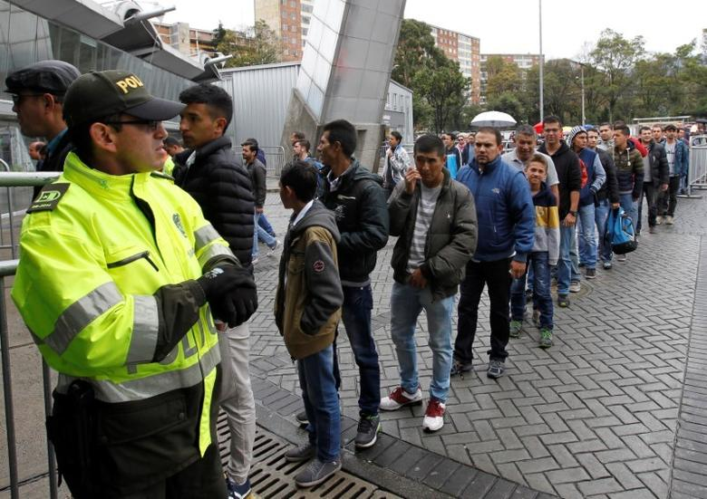 People wait in line to enter an electoral voting center during a referendum on a peace deal between the government and Revolutionary Armed Forces of Colombia (FARC) rebels, in Bogota, Colombia, October 2, 2016. REUTERS/Felipe Caicedo