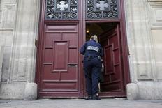 Policial durante investigação na casa de luxo em que Kim Kardashian estava em Paris.    03/10/2016             REUTERS/Gonzalo Fuentes