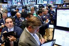 Operadores trabajando en la bolsa de Wall Street en Nueva York, sep 28, 2016. Las acciones en Estados Unidos iniciaron el lunes el cuarto trimestre del año con caídas, ante la baja de los papeles del sector de salud y debido a que la situación del Deutsche Bank afectaba al sector financiero.   REUTERS/Brendan McDermid/File Photo