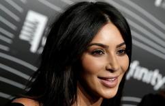 """La estrella televisiva de """"reality show"""" Kim Kardashian a su llegada a la entrega de premios Webby en Manhattan, mayo 16, 2016. La estrella televisiva de """"reality show"""" Kim Kardashian regresó el lunes a Nueva York """"muy impactada"""", después de sufrir un robo a mano armada en su residencia de París por hombres enmascarados, que le robaron joyas valoradas en unos 10 millones de dólares.  REUTERS/Mike Segar/File Photo"""