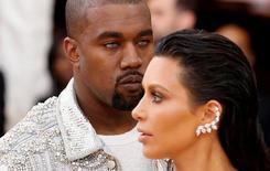 Rapper Kanye West (E) e Kim Kardashian em Nova York 02/05/2016 REUTERS/Lucas Jackson/Foto de Arquivo