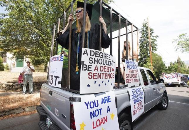 9月20日、無料の大学は、志願兵でのみ編成される私たちの軍隊を脅かすのだろうか──。写真は多額の学費ローンに抗議するパレード参加者。米オレゴン州アシュランドで2015年7月撮影(2016年 ロイター/Randall Mikkelsen)