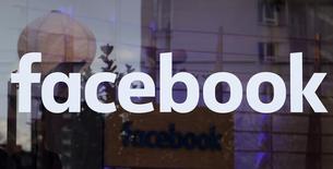 """Facebook Inc lanzó la función """"Marketplace"""" para permitir que la gente compre y venda artículos en su región, como parte de los esfuerzos de la red social por buscar nuevas formas para mantener a sus usuarios inmersos en el sitio. En la imagen, el logotipo de Facebook en un escaparate en Berlín, Alemania, el 24 de febrero de 2016.  REUTERS/Fabrizio Bensch/File Photo"""