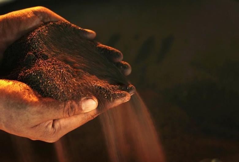 2014年1月8日,一名工人手捧的镍矿石。REUTERS/Yusuf Ahmad