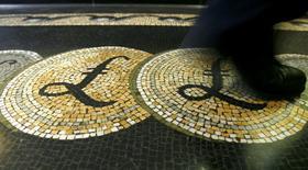 La libra esterlina cayó este martes a su mínimo en más de tres décadas en comparación con el dólar ante las preocupaciones crecientes de que la salida de Reino Unido de la Unión Europea (UE) afectará a la economía. En esta imagen de archivo, una persona camina sobre un mosaico con el símbolo de la libra esterlina en la entrada del Banco de Inglaterra, en Londres, 25 de marzo de 2008. REUTERS/Luke MacGregor/File Photo