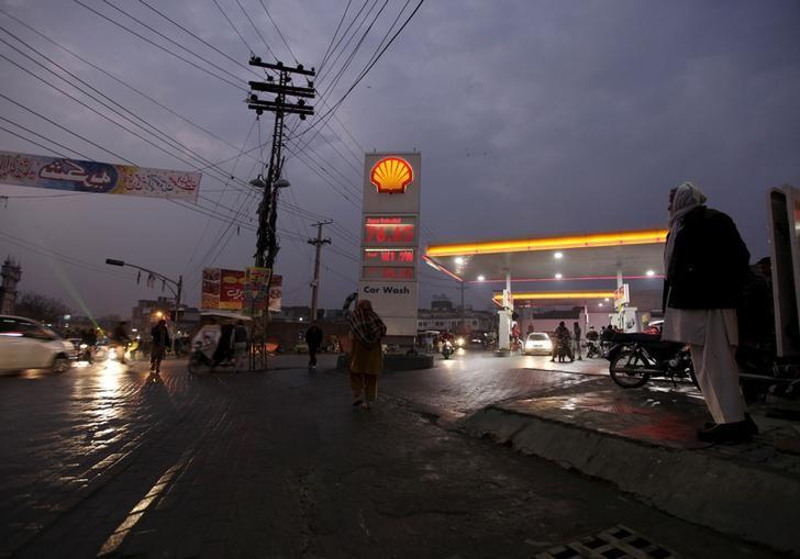 A litre of unleaded petrol is seen priced at 76.35 rupees ($0.73) at a Shell filling station in Islamabad, Pakistan January 30, 2016.  REUTERS/Faisal Mahmood/Files
