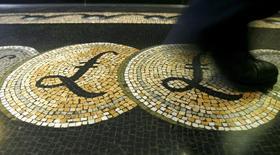 Мозаичный пол с символами фунта стерлингов в здании Банка Англии в Лондоне. 25 марта 2008 года. Фунт стерлингов в ходе торгов вторника упал до самого низкого уровня более чем за три десятилетия на фоне в целом укрепившегося доллара США, пострадав из-за опасений, связанных с возможными последствиями выхода Великобритании из Евросоюза. REUTERS/Luke MacGregor/Files