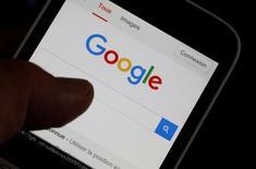 Смартфон со страницей Google на дисплее. Иллюстрация сделана в Бордо, Франция, 22 августа 2016 года. Google, как ожидается, представит во вторник в Сан-Франциско новые смартфоны под собственным брендом в стремлении конкурировать с айфонами Apple Inc за премиальный сегмент рынка. REUTERS/Regis Duvignau