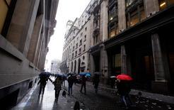 Personas caminando en un distrito financiero en Buenos Aires, Argentina. 2 de junio de 2016. La economía de Argentina cerrará este año con una contracción del 1,8 por ciento, pero se expandirá un 2,7 por ciento en 2017, estimó el martes el Fondo Monetario Internacional (FMI) en su reporte de perspectivas de la economía mundial, en un pronóstico algo más pesimista que el del Gobierno local. REUTERS/Marcos Brindicci