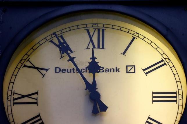 10月4日、ドイツ銀行は米司法省と罰金をめぐって、最大50億ドルでの合意を目指していることが分かった。写真は同行のロゴマーク。ウィースバーデンで昨年1月撮影(2016年 ロイター/Kai Pfaffenbach/File Photo)