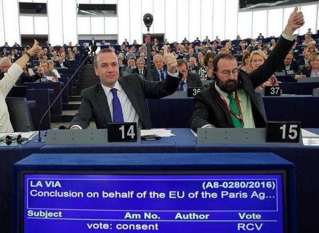 10月4日、欧州議会は本会議で、地球温暖化対策の新たな枠組み「パリ協定」を欧州連合(EU)として批准することを承認した。フランス・ストラスブールの欧州議会で撮影(2016年 ロイター/Vincent Kessler)