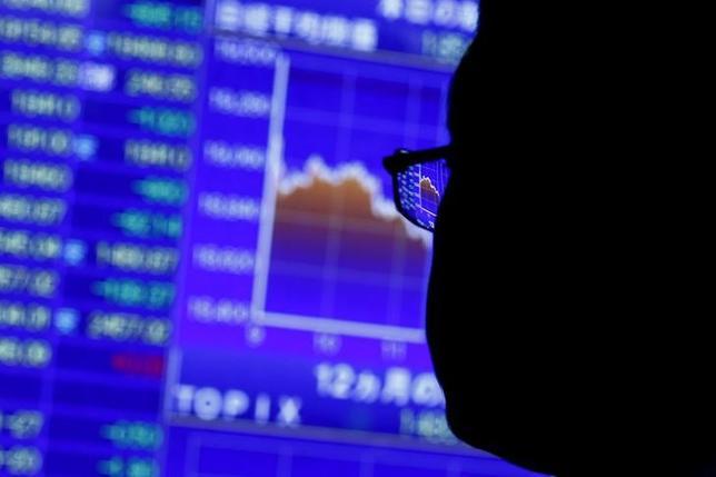 10月5日、寄り付きの東京株式市場で、日経平均株価は前営業日比52円24銭高の1万6787円89銭となり、続伸して始まった。2015年8月撮影(2016年 ロイター/Thomas Peter)