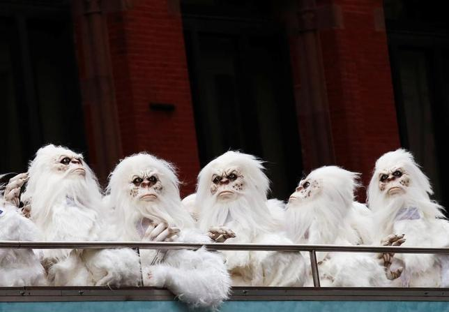 10月4日、古くからヒマラヤ山脈に住むとされる伝説の雪男「イエティ」の集団が、ニューヨークのマンハッタンに突如出没した(2016年 ロイター/Brendan McDermid)