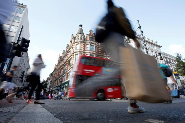 2016年8月14日,英国伦敦,牛津街消费者的身影。REUTERS/Peter Nicholls