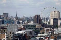 """La industria financiera británica podría perder hasta 38.000 millones de libras (48.340 millones de dólares) en ingresos si se produce un dificultoso """"Brexit"""", que la dejaría con un acceso restringido al mercado único de la Unión Europea, según un informe divulgado el martes solicitado por un grupo del sector. En la imagen, una vista general de la ciudad de Londres, Reino Unido, 28 de junio de 2016.  REUTERS/Neil Hall/File Photo"""