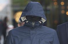 Repórter britânico Mazher Mahmood visto em tribunal em Londres com rosto coberto.  03/10/2016          REUTERS/Neil Hall