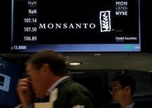 Un operador frente al puesto transacciones de Monsanto en la bolsa de Wall Street en Nueva York , ago 25, 2016. La empresa estadounidense de semillas y agroquímicos Monsanto Co reportó una sorpresiva ganancia ajustada en su cuarto trimestre terminado el 31 de agosto, la que contribuyó una caída en sus gastos y mayores volúmenes de semilla de maíz.  REUTERS/Brendan McDermid/File Photo