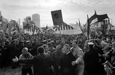 Бывший президент Югославии Слободан Милошевич в окружении телохранителей и соратников на уличной акции в Белграде 19 ноября 1988 года. Правительство Боснии и Герцеговины в среду напомнило Кремлю об обязательстве уплатить долг развалившегося СССР, накопившийся перед бывшей Югославией, и сообщило, что готово к переговорам в надежде получить сотни миллионов долларов. REUTERS/Reuters Photographer