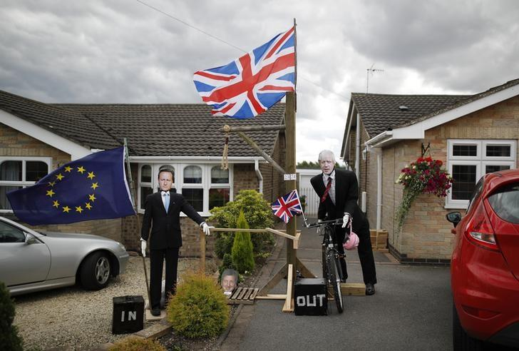 Brexit Scarecrows depicting former British Prime Minister David Cameron (L) and Foreign Secretary Boris Johnson are displayed during the Scarecrow Festival in Heather, Britain July 31, 2016. REUTERS/Darren Staples/Files