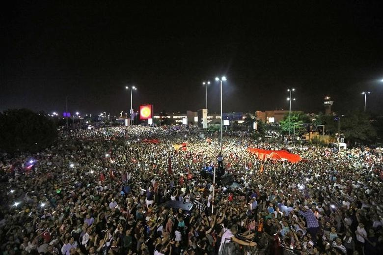 People demonstrate outside Ataturk international airport during an attempted coup in Istanbul, Turkey, July 16, 2016.    REUTERS/Huseyin Aldemir