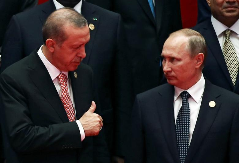 Russia's President Vladimir Putin interacts with Turkey's President Tayyip Erdogan as they pose for a group picture during the G20 Summit in Hangzhou, Zhejiang province, China September 4, 2016. REUTERS/Damir Sagolj