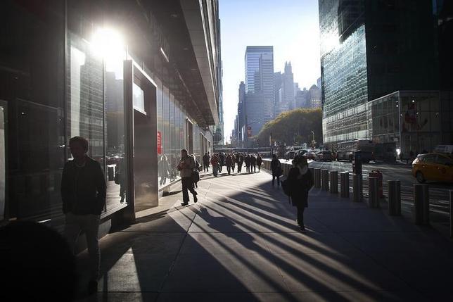 10月5日、ISMが発表した9月の非製造業部門総合指数は57.1と、前月の51.4から上昇し、2015年10月以来11カ月ぶりの高水準となった。NYの通り。2014年撮影(2016年 ロイター/Carlo Allegri)
