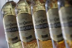 Botellas de tequila José Cuervo en una estantería en Ciudad de México, dic 11, 2012. La compañía mexicana José Cuervo, la mayor productora de tequila del mundo, esperará hasta después de la elección presidencial en Estados Unidos para concretar su anunciada oferta pública inicial de acciones, dijeron el miércoles tres fuentes cercanas a la operación.   REUTERS/Edgard Garrido (MEXICO - Tags: FOOD BUSINESS)