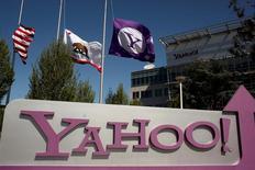 Logomarca do Yahoo na fachada da sede da companhia em Sunnyvale, Califórnia 16/04/2013 REUTERS/Robert Galbraith/Foto de Arquivo