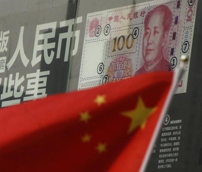 10月4日、ロイターの分析によると、中国企業は業績が低迷する一方で借り入れが膨らみ、今年上半期には利益が少なすぎて債務が返済できない企業が全体の4分の1程度に上った。写真は北京の銀行前に掲げられた中国旗。1月撮影(2016年 ロイター/Kim Kyung-Hoon)
